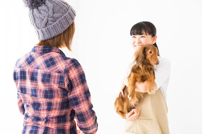 わんちゃんを抱く女性